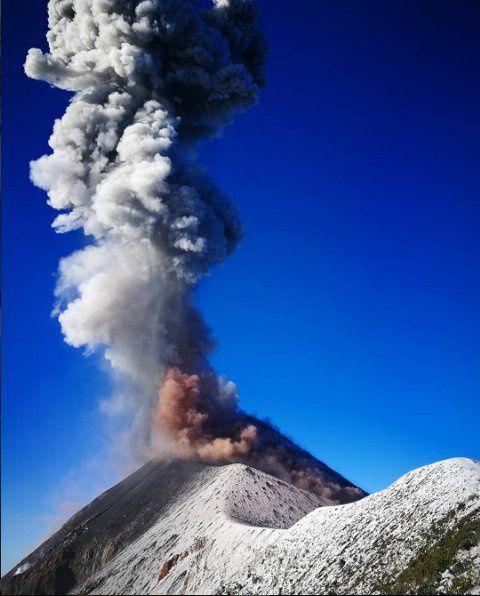 Le Fuego en éruption vu depuis le sommet de l'Acatenango le 22.04.2017 - Vía Vive tu Foto. - Clima Guatemala