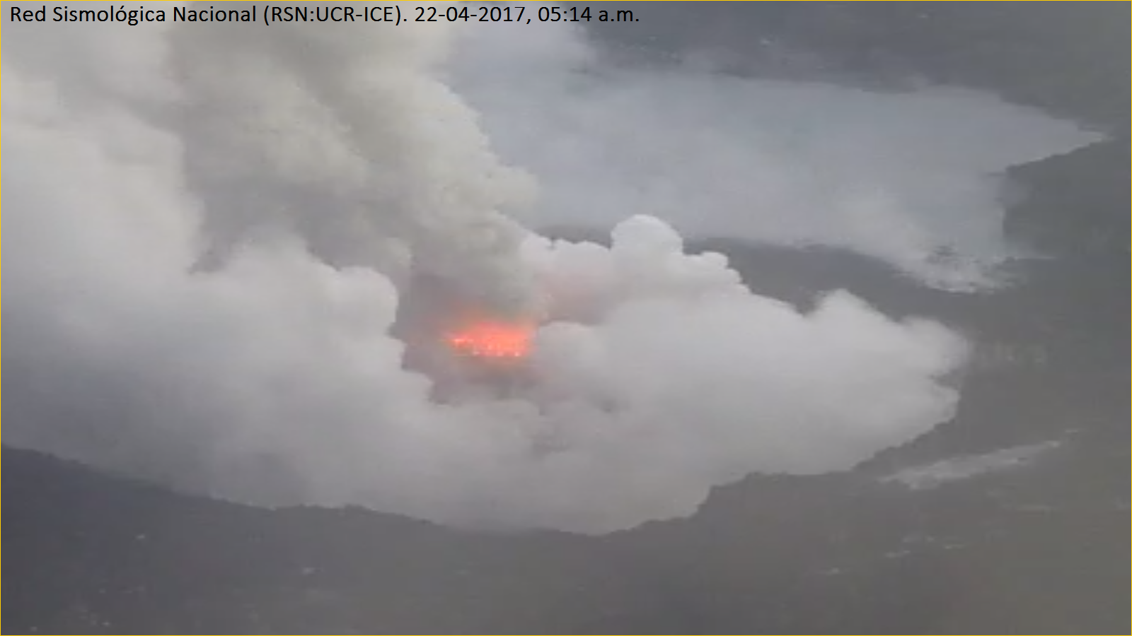 Poas - 22.04.2017 / 5h14 loc. - the amplification provided by the images of the webcam allows to see the point of emission of the eruptions - RSN