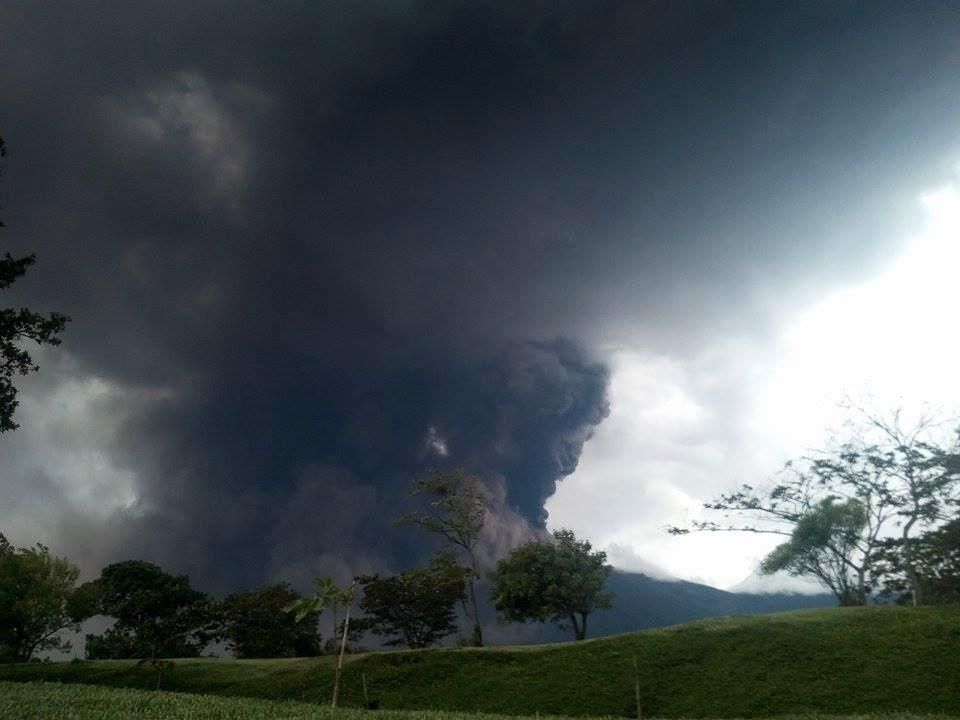 Activité volcanique du 05.05.2017 / 4° éruption de l'année au Fuego - photo Sacatepéquez Starnews / Twitter