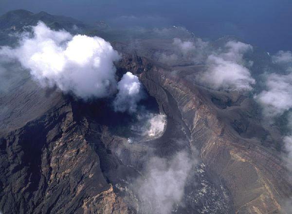 Suwamose-Jima  - caldeira Sakuchi & cratère Otake fumant - photo GSI