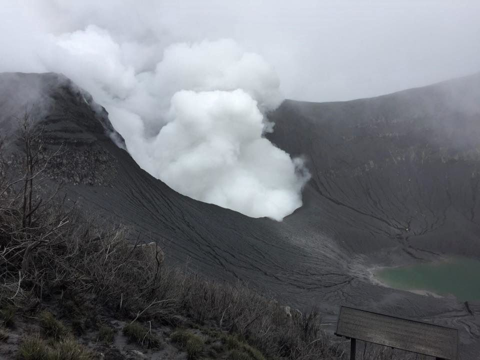 Turrialba - maintenance visit by the teams of the RSN on 11.05.2017: the crater is covered with ashes and two lagoons are visible - photos RSN