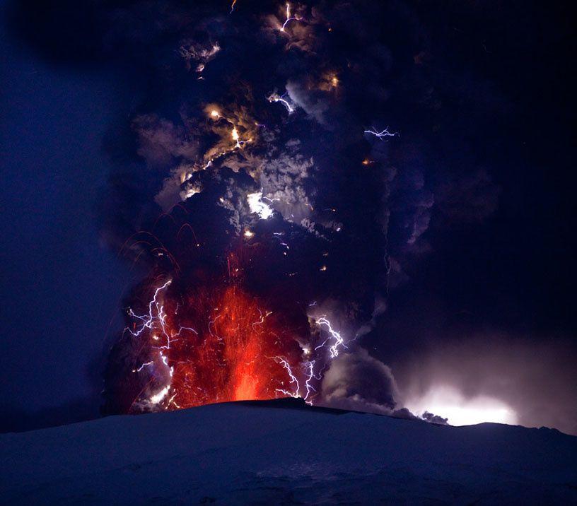 Eruption de l'Eyjafjalajökull en 2010 -  un panache bien éclairé ! - photo R.Sigurdsson