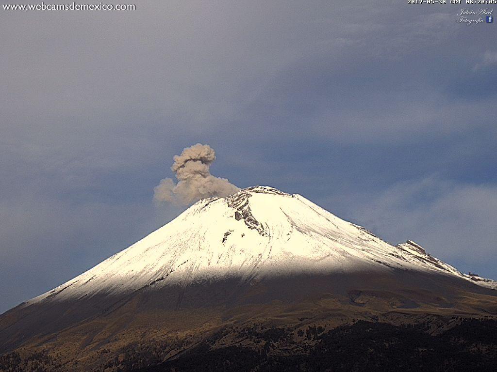 Popocatépetl - panache de cendres - 30.05.2017 / 8h20 - webcamsdeMexico