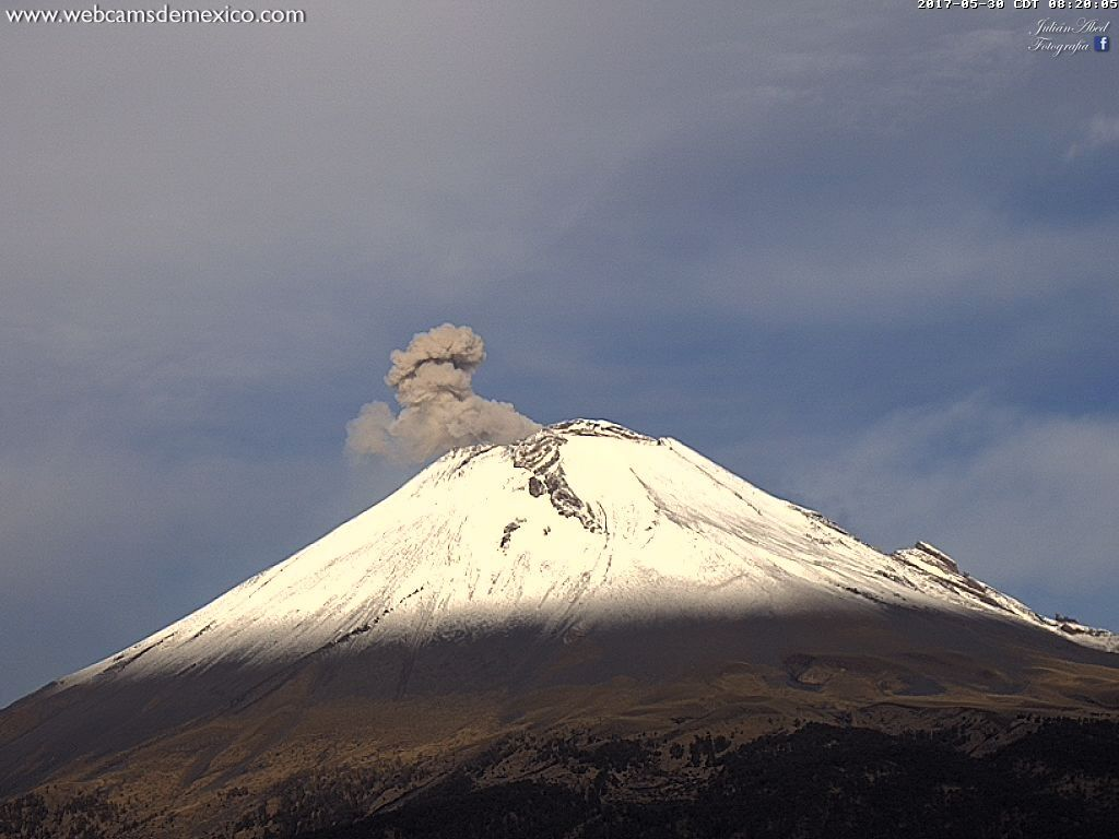 Popocatépetl - plume of ashes - 30.05.2017 / 8h20 - webcamsdeMexico