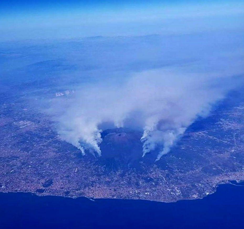 Le Vésuve cerné par les incendies - 11.07.2017  - photo Luigi Maisto / Vesuvio & Turismo Facebook