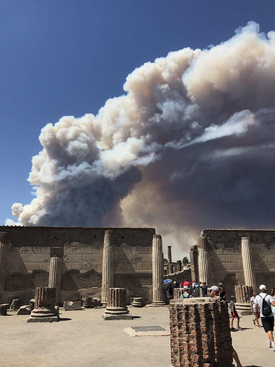 Incendies sur le Vésuve vu de la cité romaine de Pompéï -  photo 11.07.2017 Terremoti Italiana