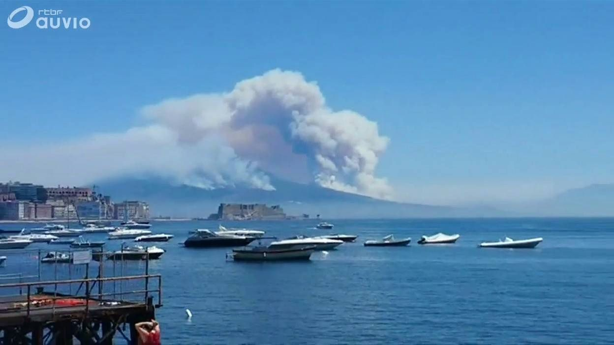 Fire on Vesuvius seen from the Bay of Naples - photo 11.07.2017 RTBF Auvio