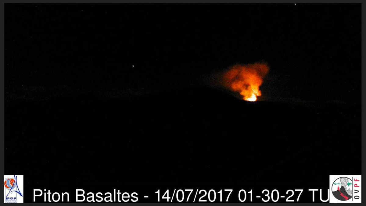 Piton de La Fournaise - 14.07.2017 - 01h30 and 01h39 of the Piton Basaltes and Bert Piton cameras - OVPF