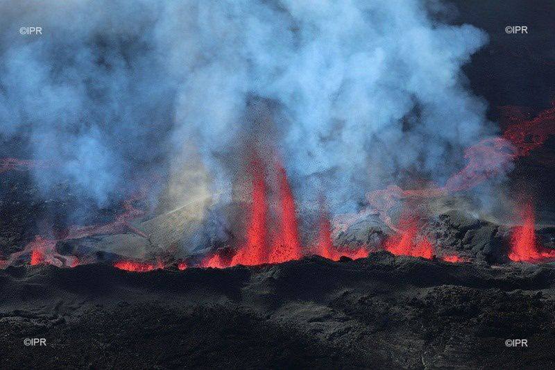 Piton de La Fournaise - the many fountains in the middle of the day from 14.07.2017 - photo IPR
