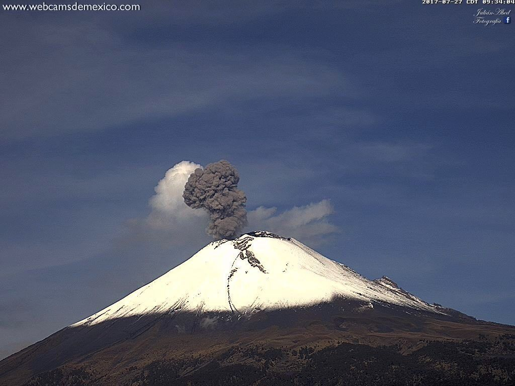 Popocatépetl - the explosion plume at 9:34 am and 9:36 am local - photos WebcamsdeMexico