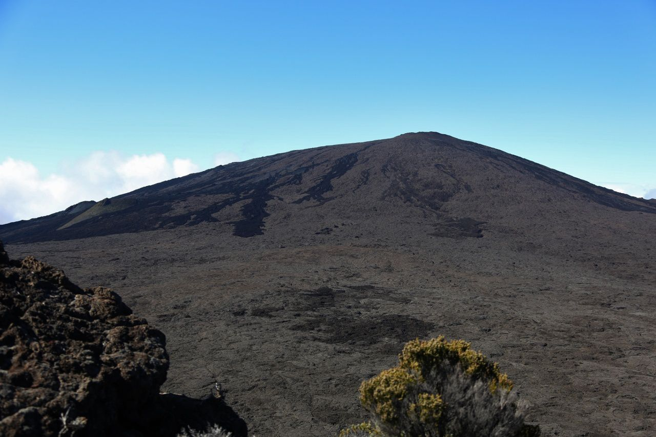 From Pas de Bellecombe, the Piton de La Fournaise and the Formica Leo - photo © Bernard Duyck / June 2017