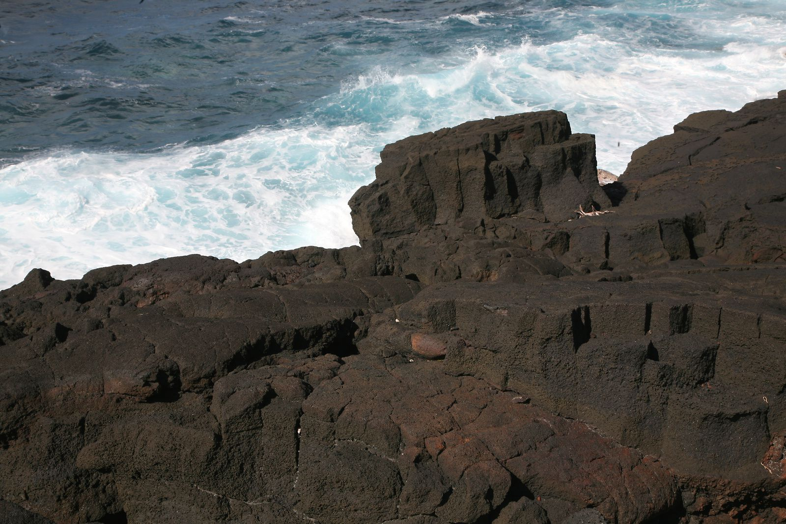 Piton de La Fournaise - 1776 lava flow , on the seafront - prismation during the cooling of these thick lava flow, then exposed by erosion - .- photo © Bernard Duyck / June 2017