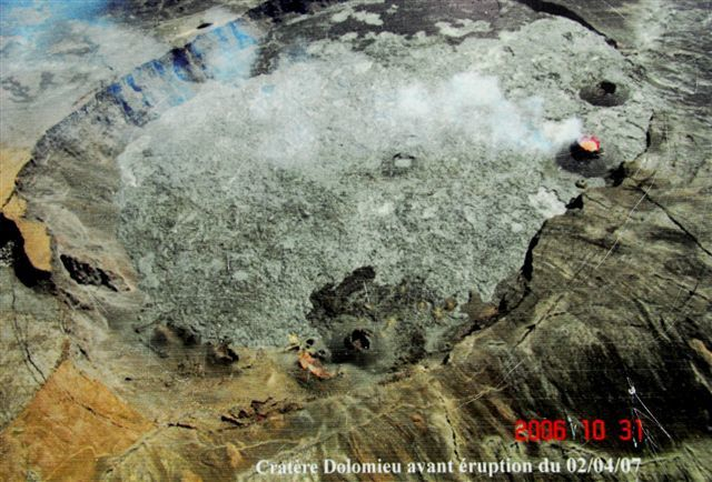 Piton de La Fournaise - before and after the great collapsus in the crater Dolomieu - photos OVPF (in reversed positions)