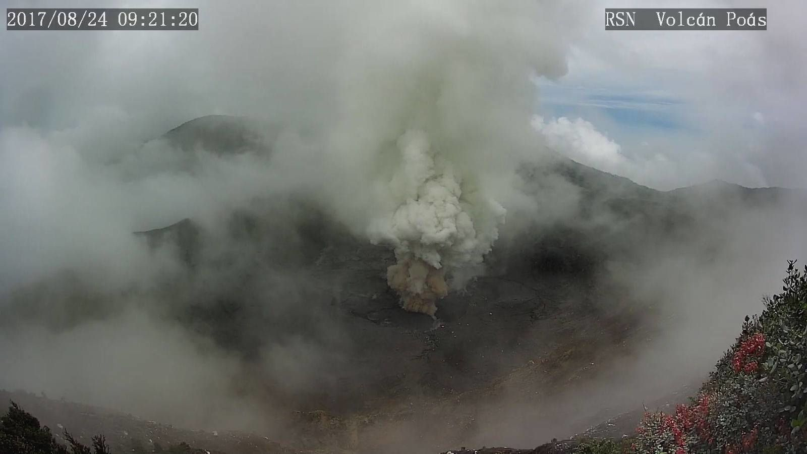 Poas - 24.08.2017, respectively at 9:21 am and 9:23 am - webcam RSN