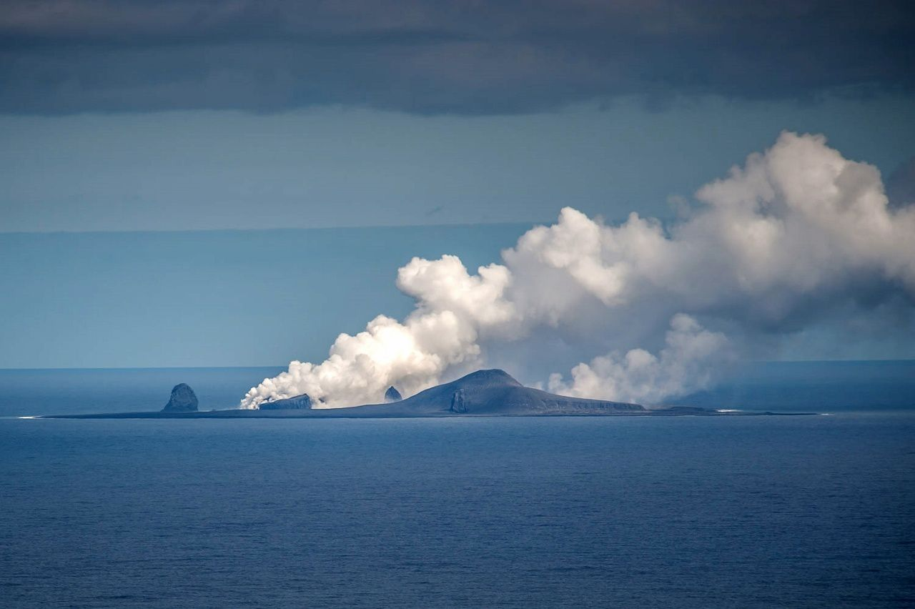 Bogoslof - A vigorous plume is emitted following a likely interaction between the lava dome and the sea water. - photo Withrow, Dave / AVO / 26.08.2017 - 13h07