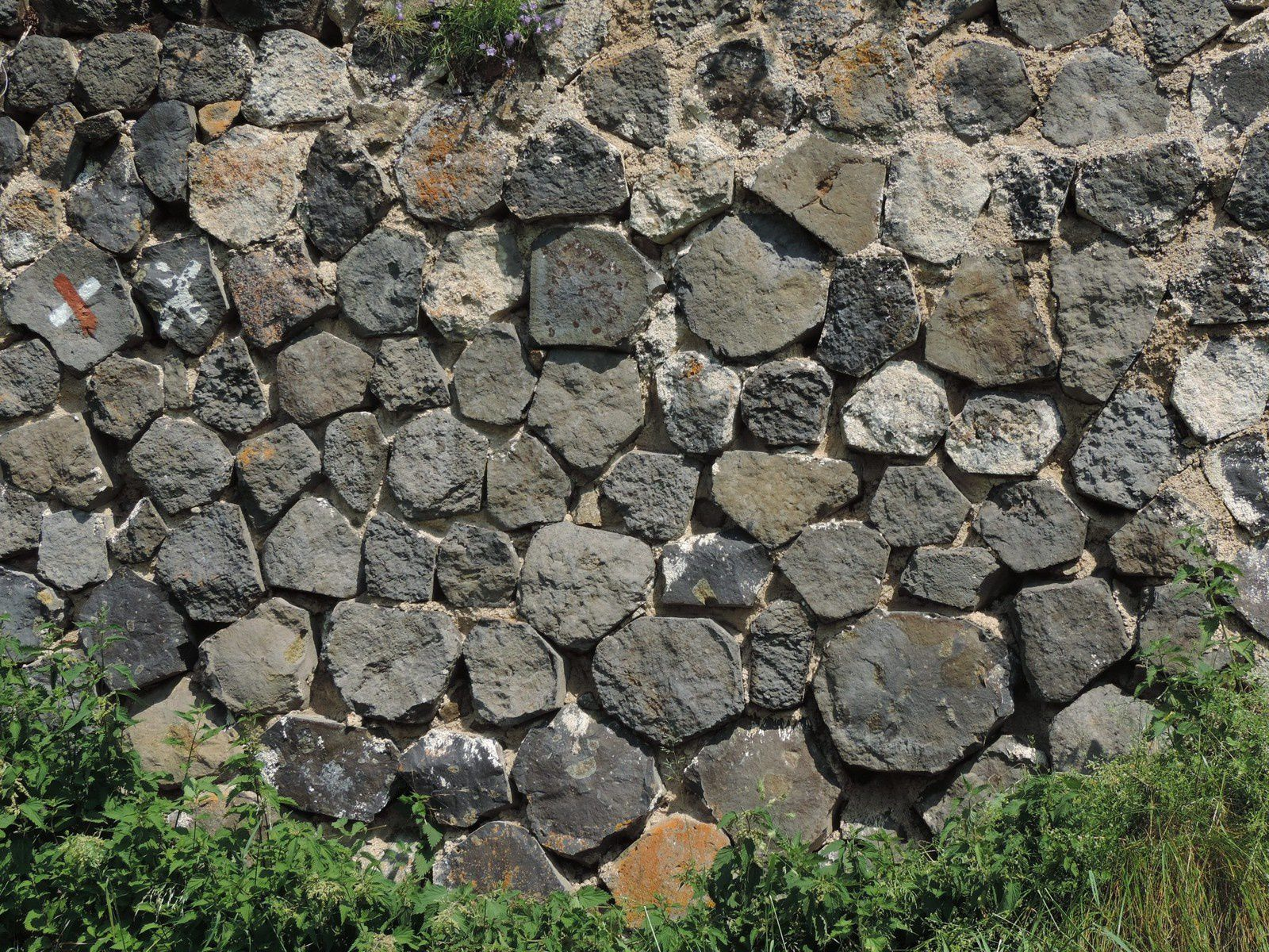 Arlempdes - Wall made up of pieces of prismatic basaltic columns - photo © Michel Lecouteur / 2017