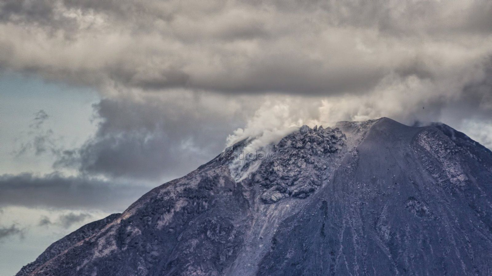 The dome of Sinabung on September 7th / 12:09 local - photo Endro Lewa
