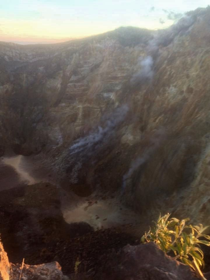 Agung - fumerolles in the crater - photo 14.09.2017 / They Sana / Facebook