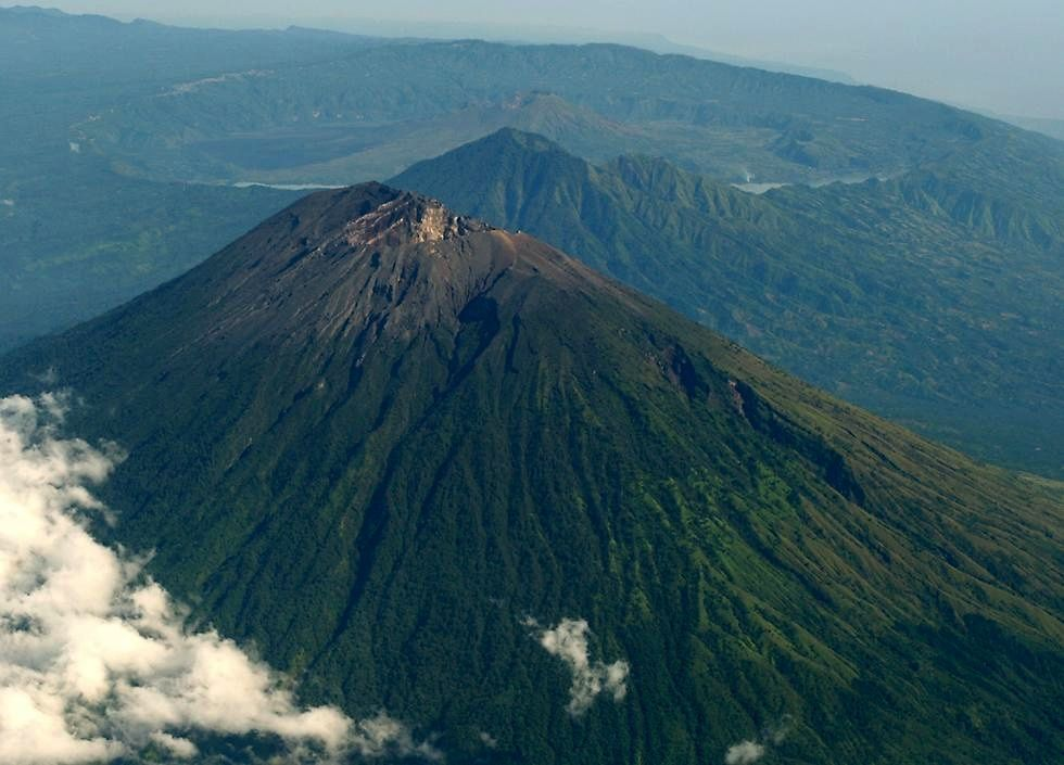 The Agung, in the foreground and behind, the Batur - photo Sleaman
