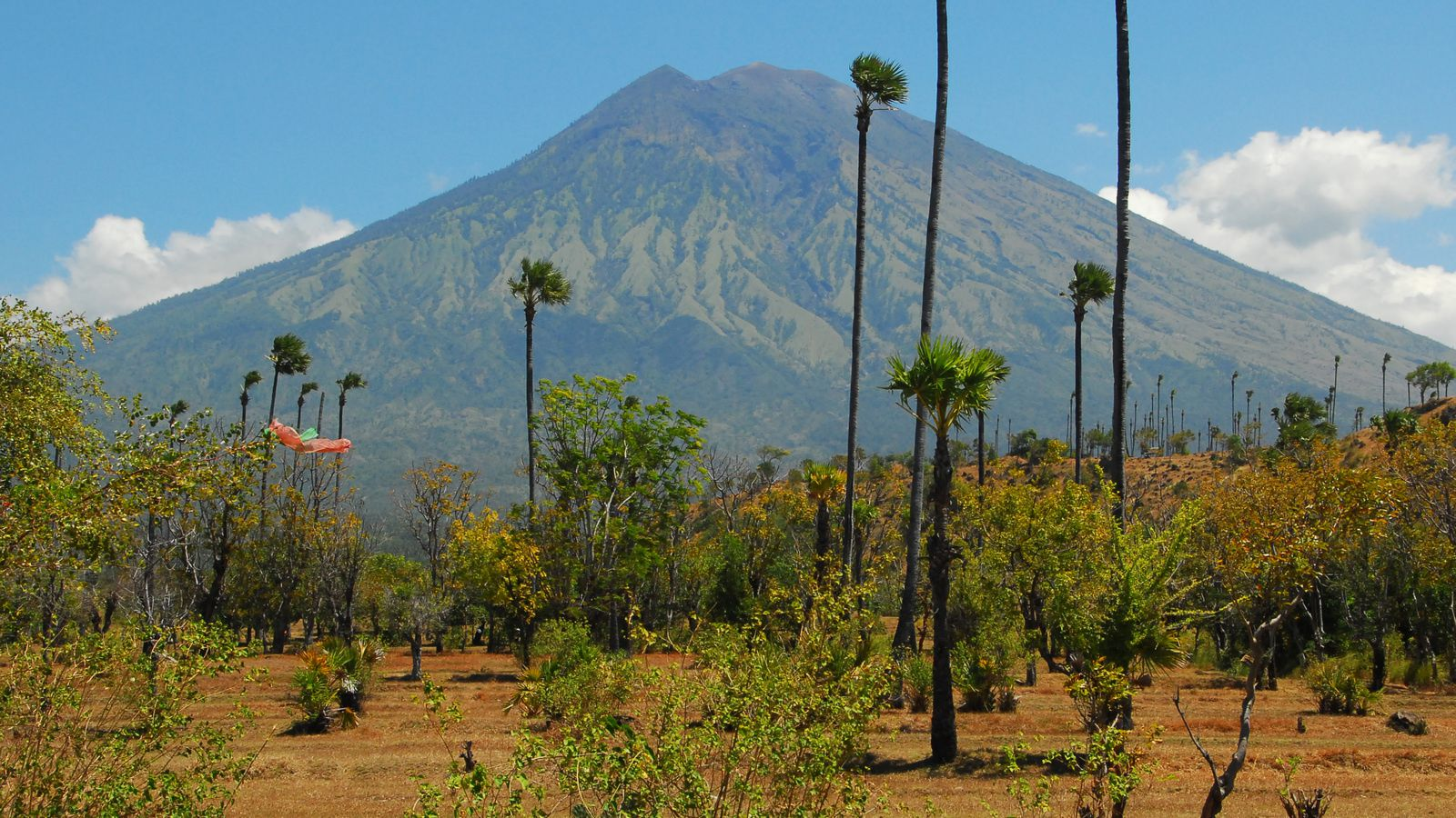 The Gunung Agung - archive photo © Thierry Sluys.- a click to enlarge