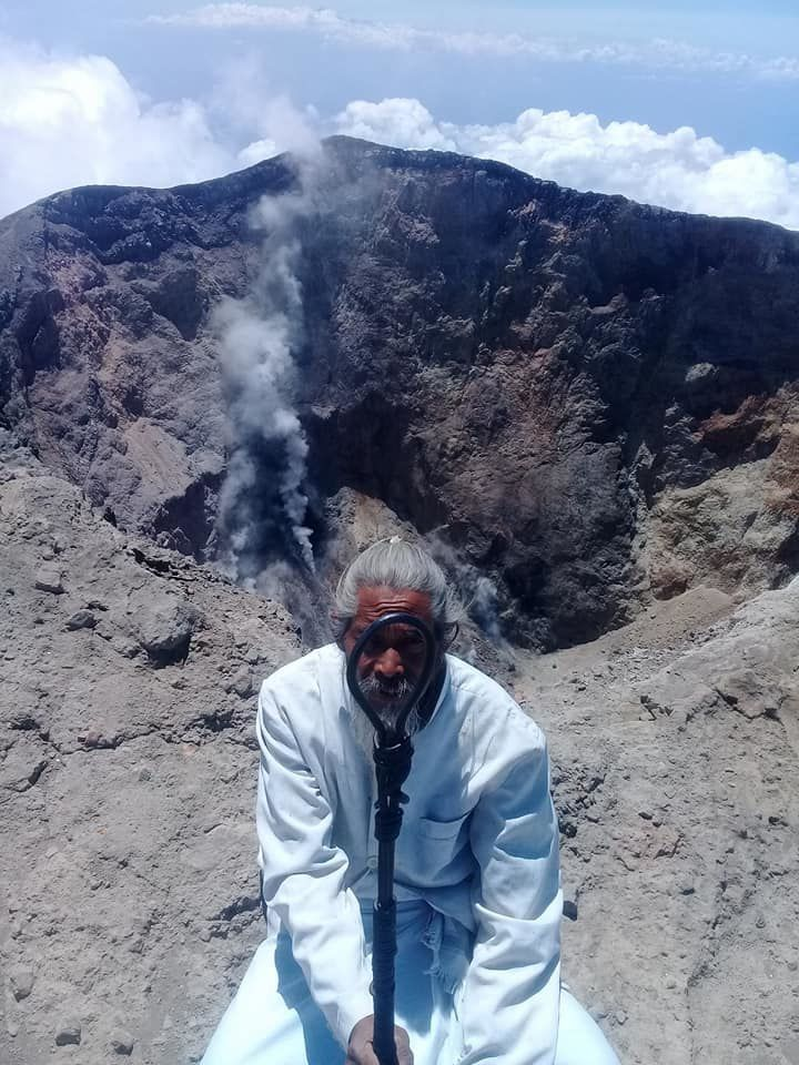 Agung - fumerolles in the crater on 29.09.2017 - photo Mangku Mokoh