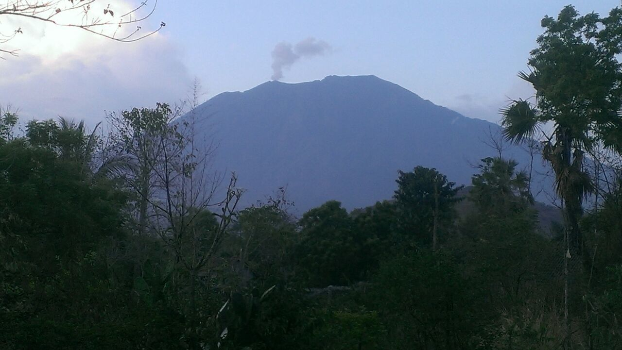 The Agung surmounted by a small plume of 200 meters on 07.10.2017 / 6:08 Wita - BNPB