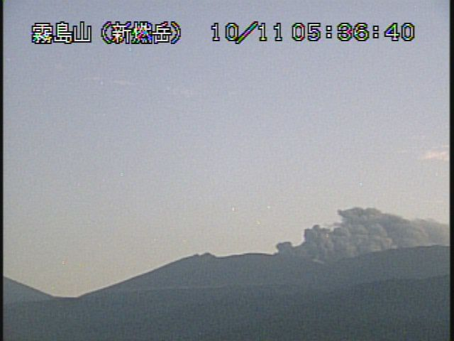The eruptive plume of the Shinmoedake respectively at 5:36 and 7-10 pm on 11.10.2017 - a click to enlarge