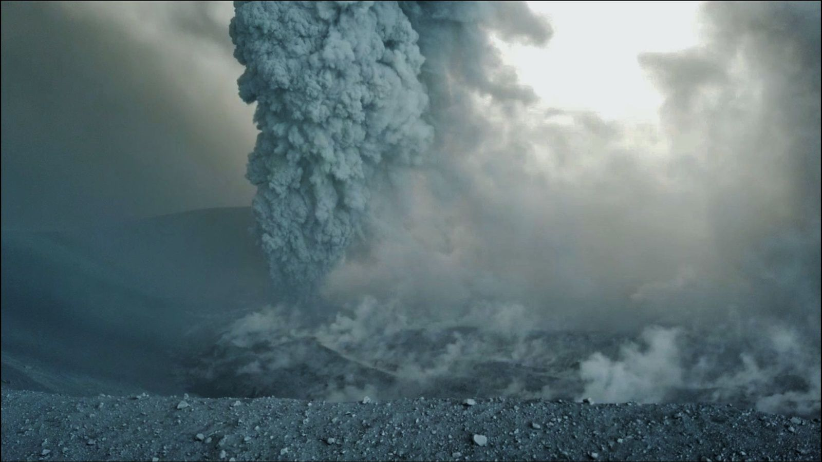 Shinmoedake-Kirishima - the plume of ash and other sources of fumaroles in the crater - 12.10.2017 photo J.Reynolds - EarthUncutTV