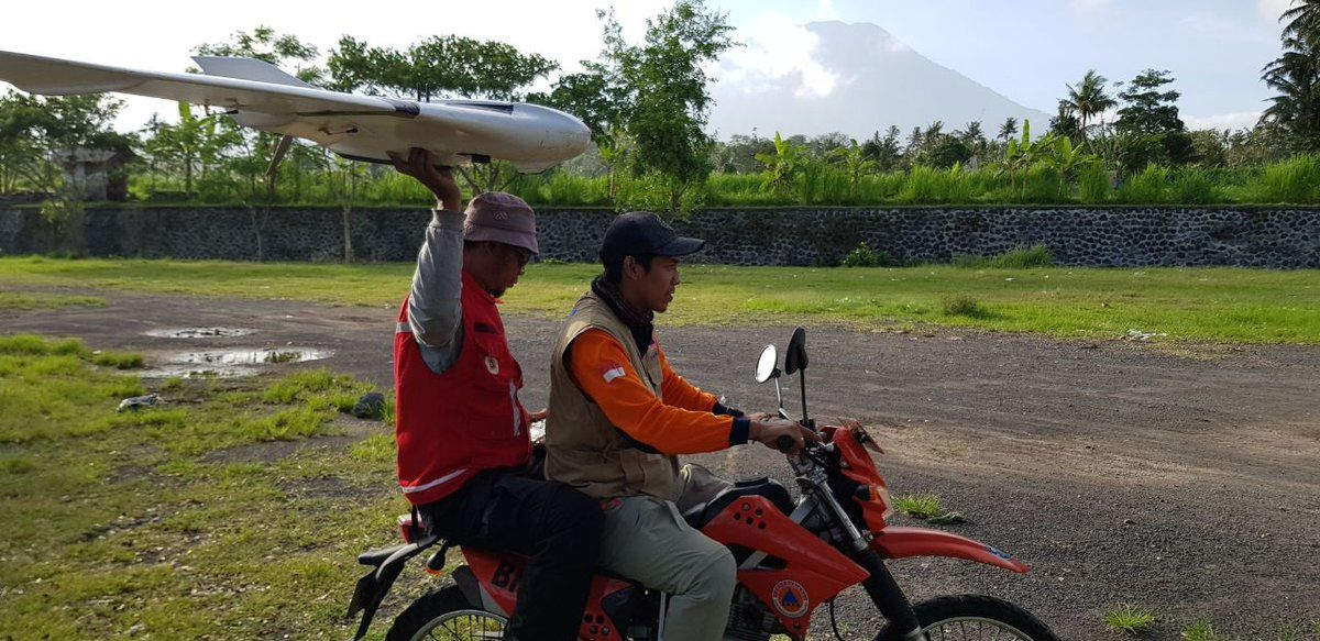 Agung - la débrouille avant l'observation, avec ce lancer de drone original - photo BNPB