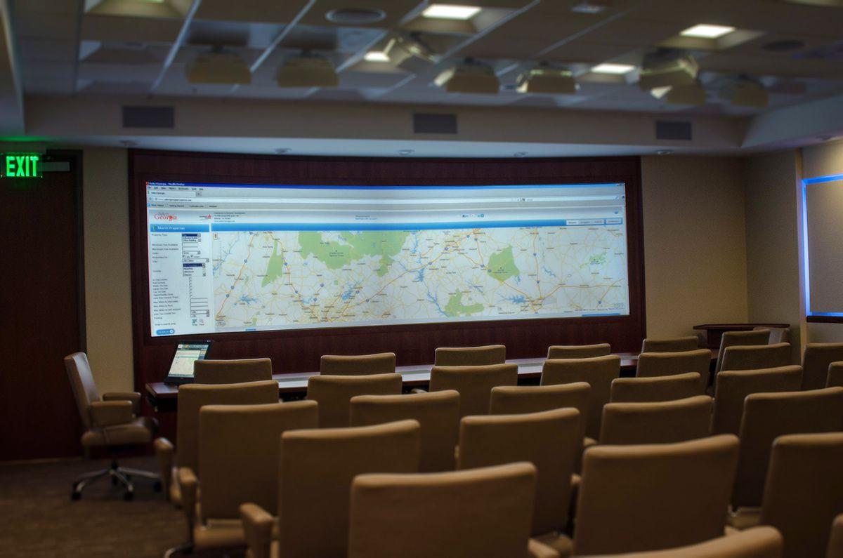 La salle de projection avec l'écran panoramique