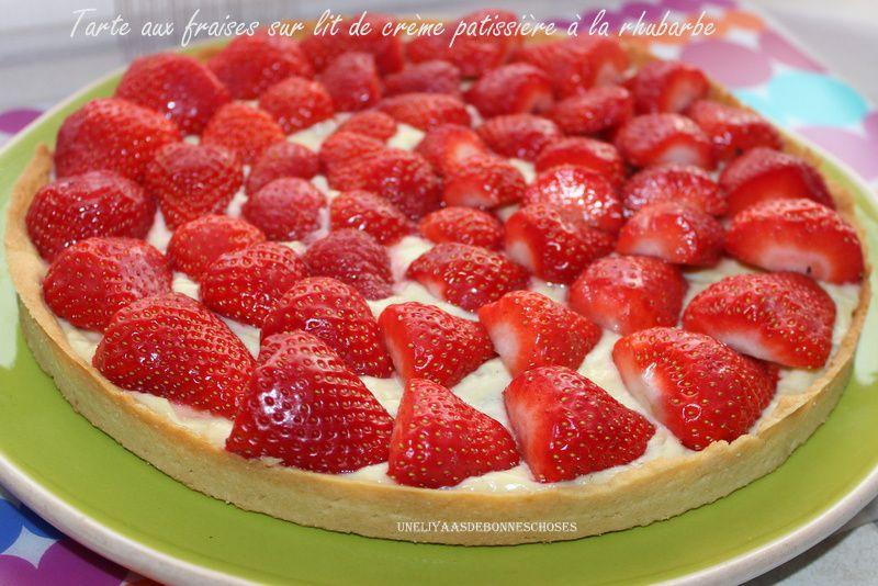 Tarte aux fraises sur lit de crème patissière à la rhubarbe