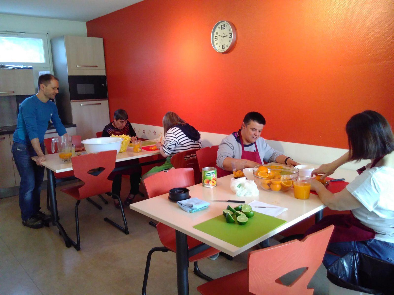 """Renaud, stagiaire diététicien, a animé l'atelier """"soupe d'ananas pêches au citron vert""""..."""