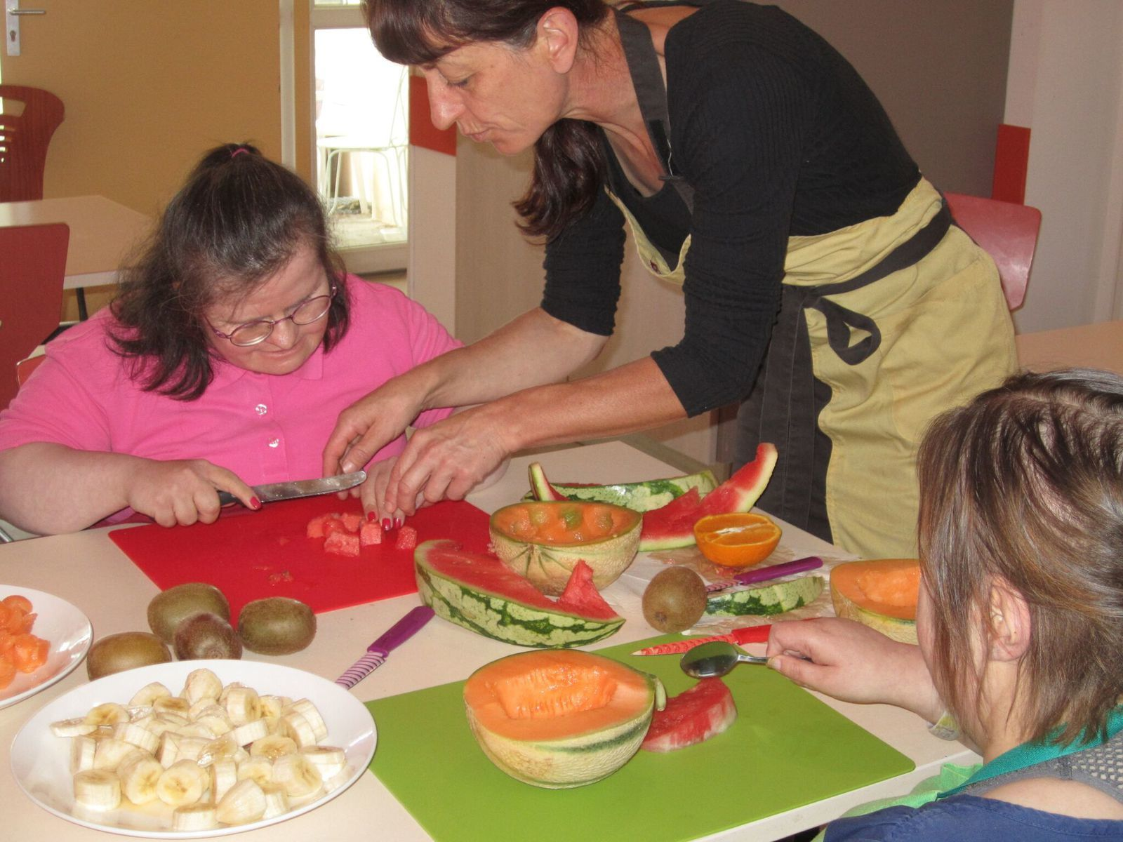 Françoise  a animé  l'atelier brochettes de fruits frais.....beaucoup de monde pour la dégustation! !!....