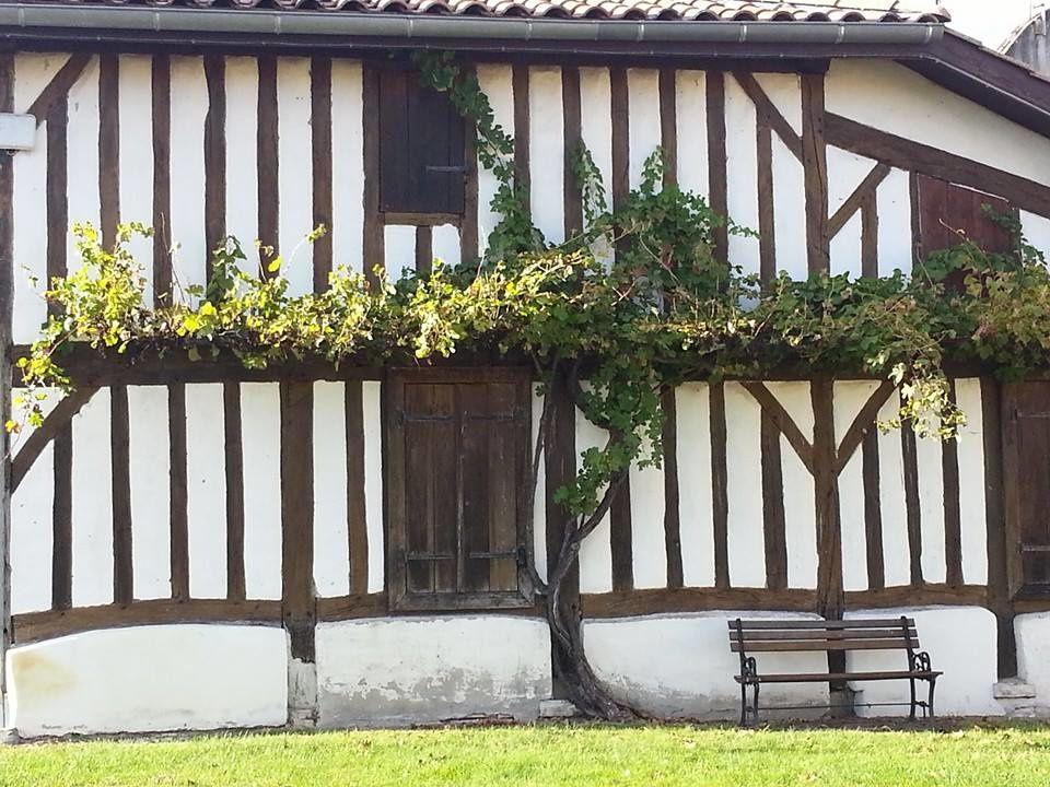 Une maison landaise typique avec ses colombages située a Marquèze de Sabres.