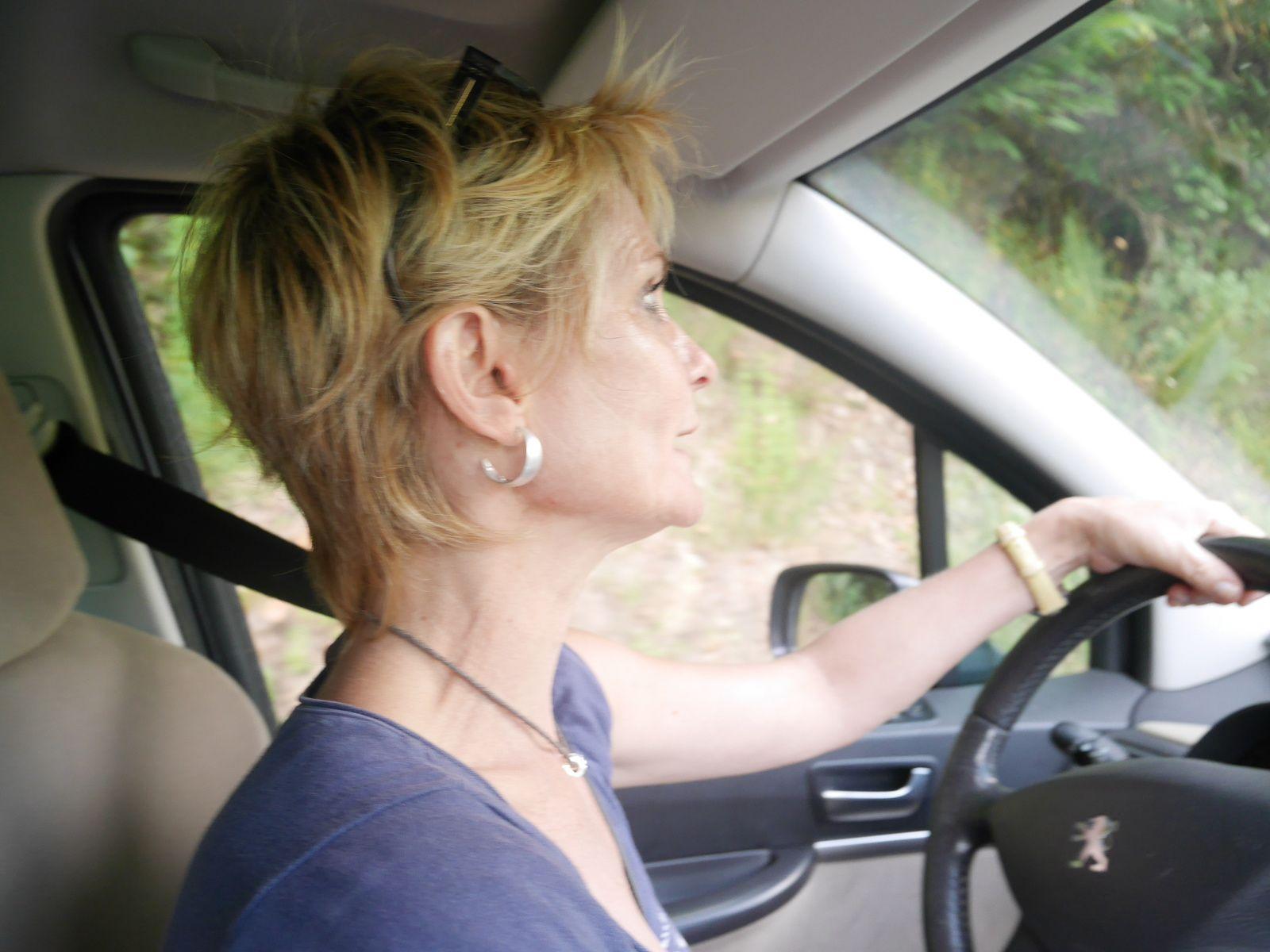 Conduite concentrée sur les petites routes escarpées des montagnes corses...