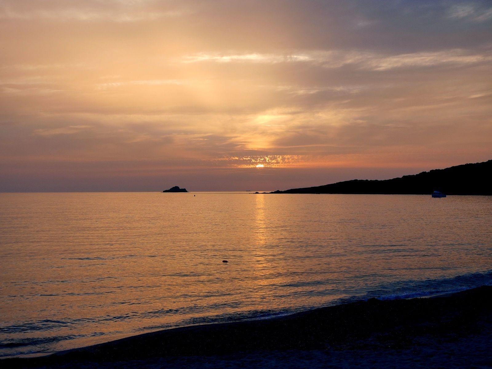 Pique-nique face au coucher de soleil