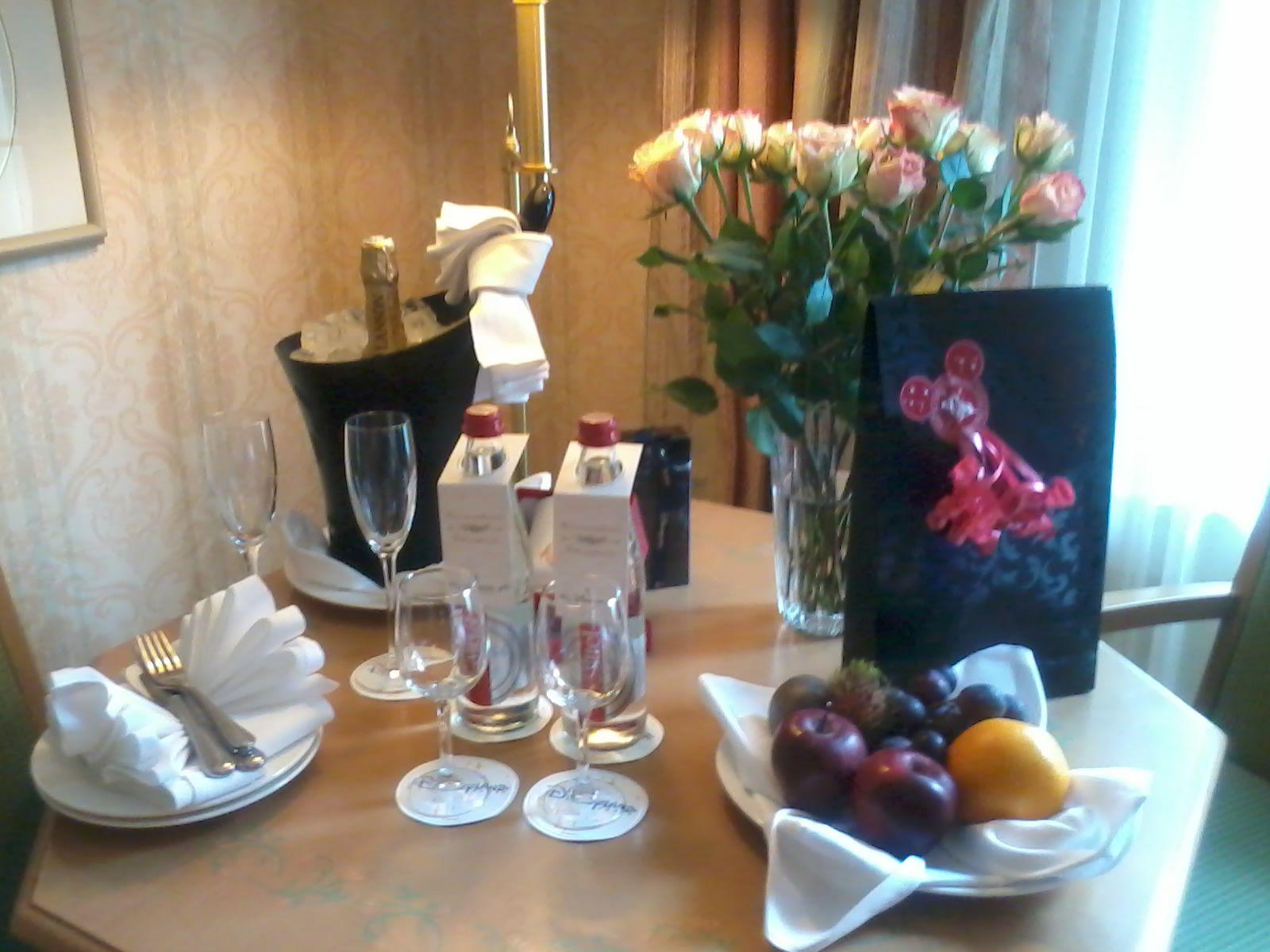du champagne,un bouquet de fleurs,des fruits,un mug en porcelaine,et deux tasses a café a l'effigie de disneyland