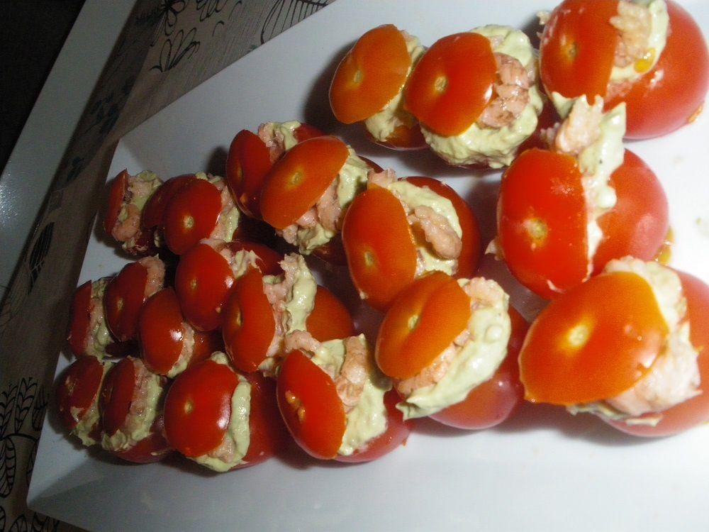 Tomates cerises apéritives au guacamole et crevettes grises