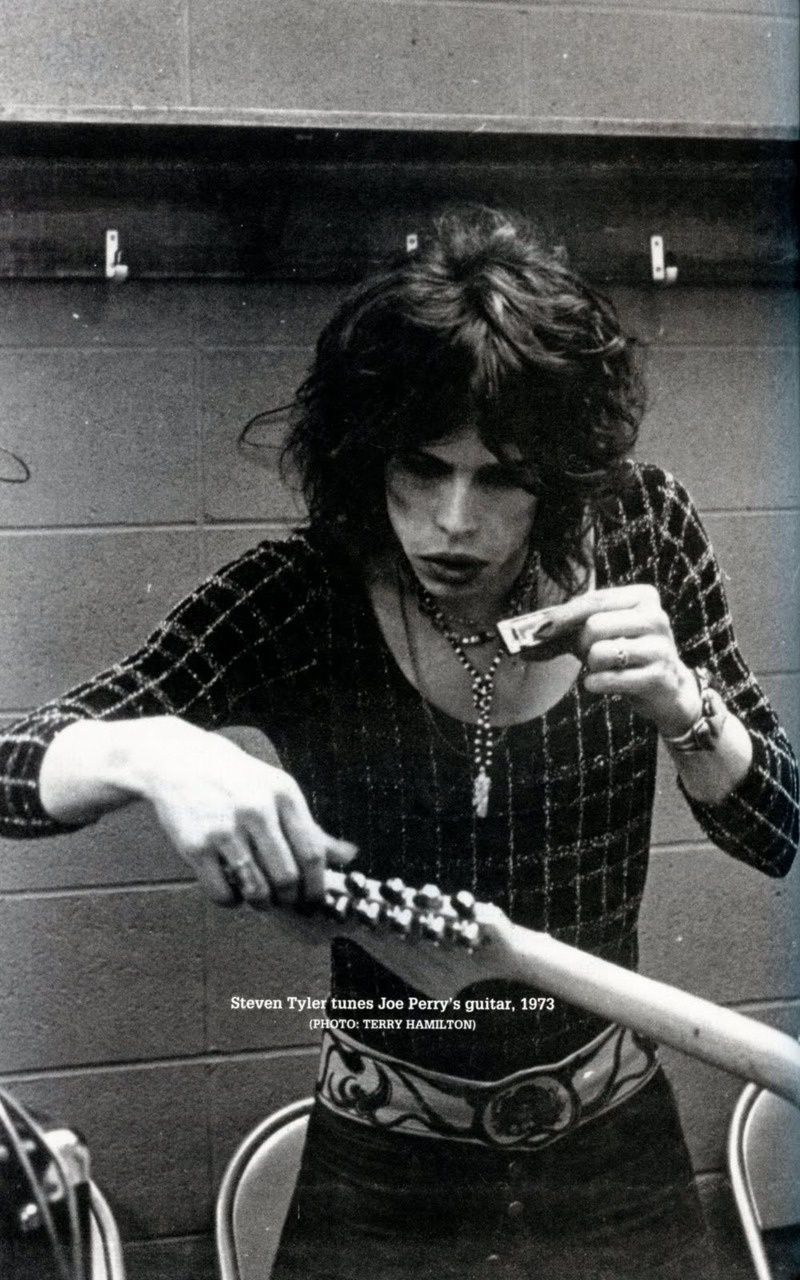 Steven Tyler - 1973 - Steven tunes Joe Perry's guiter (photo : Terry Hamilton)