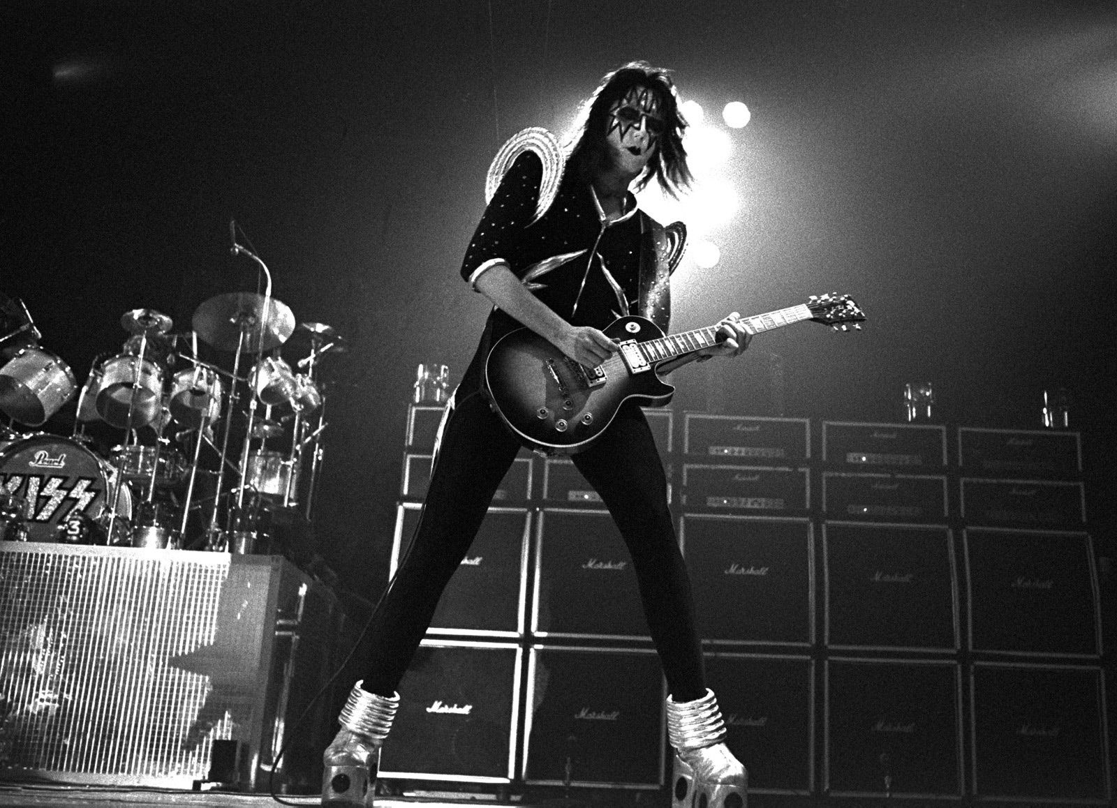 Ace Frehley - 1976 - Kiss guitarist Ace Frehley with his Gibson Les Paul Standard