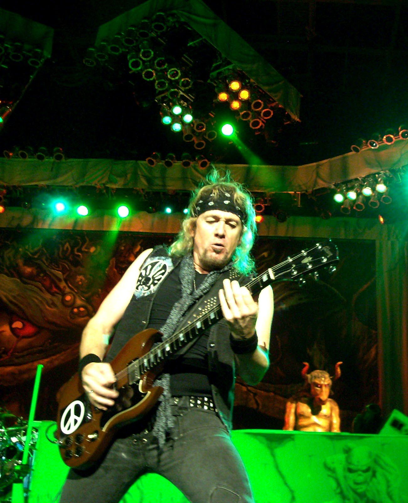 Guitarist Adrian Smith plays The Number Of The Beast near Auburn (Washington) in 2012