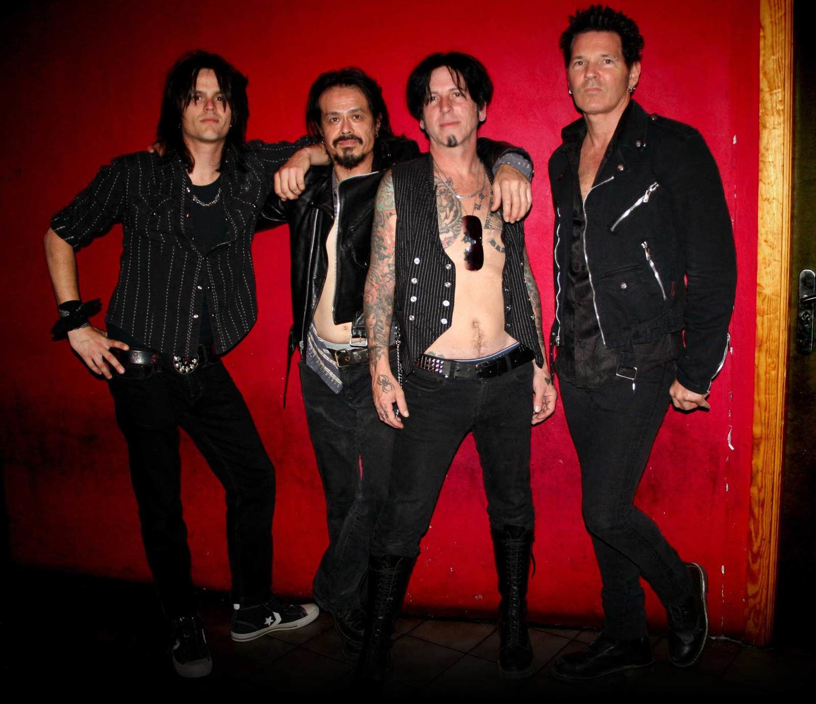 L.A. Guns: Tracii Guns (guitar)  L.A. Guns Jeremy Guns (bass) Doni Gray (drums) Jizzy Pearl (voice)