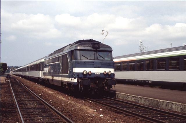 Saintes : la BB 67428 en tête du train Paris - Royan (16 juillet 1992)