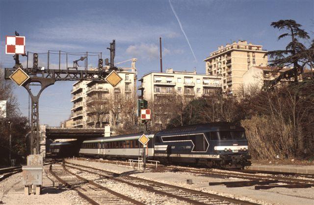 Aix en Provence : la BB 67565 en tête du train 5372/3 Briancon - Marseille (23 décembre 1993)