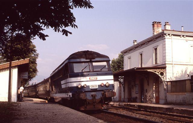 Saint-Hilaire : la BB 67302 en tête du train n°58512/3 Grenoble - Valence (21 juillet 1994)