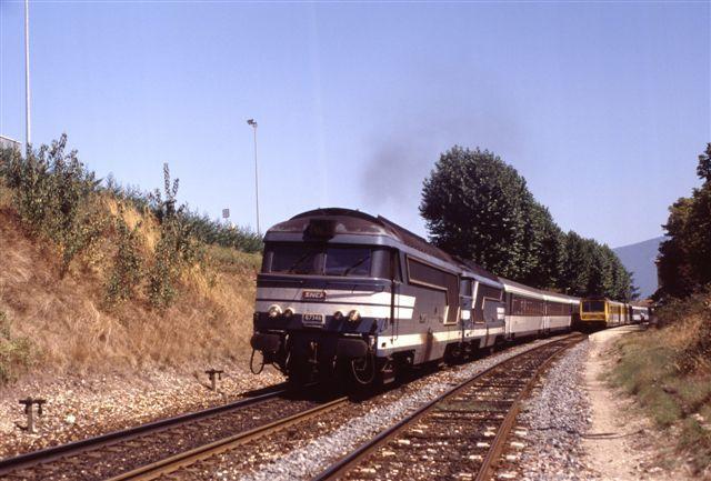 Vinay : la BB 67346 en tête du train 5586/7 Genève - Port Bou (août 1994)