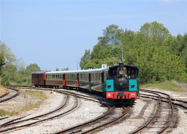 Le petit train du chemin de fer de la baie de Somme arrive à Noyelles