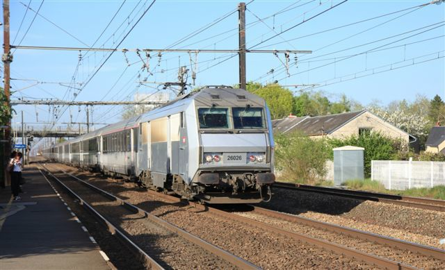 Angerville : passage d'un train grandes lignes en direction d'Orléans (10 avril)