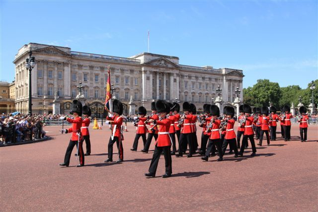 Londres, la garde marche en direction de Wellington Barracks
