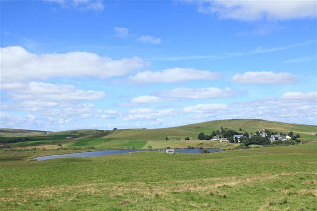 La Godivelle, le lac d'En bas et, en arrière plan à droite, la montagne de Janson
